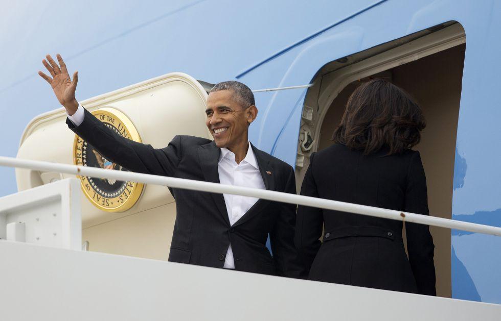 El presidente Barack Obama sube al Air Force One de camino a La Habana.