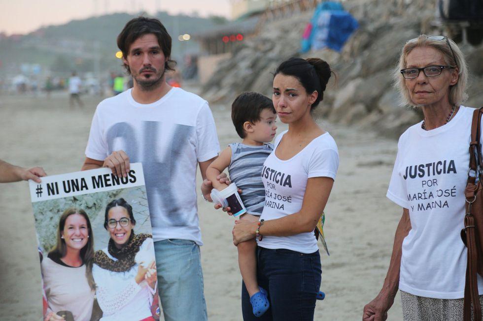 Familiares de María José Coni, una de las turistas asesinadas en Ecuador, durante un minuto de silencio en homenaje a las víctimas.