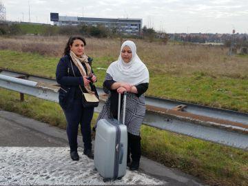 Estudiantes de enfermería que debían salir de viaje de fin de estudios a Lisboa caminan hacia la carretera.