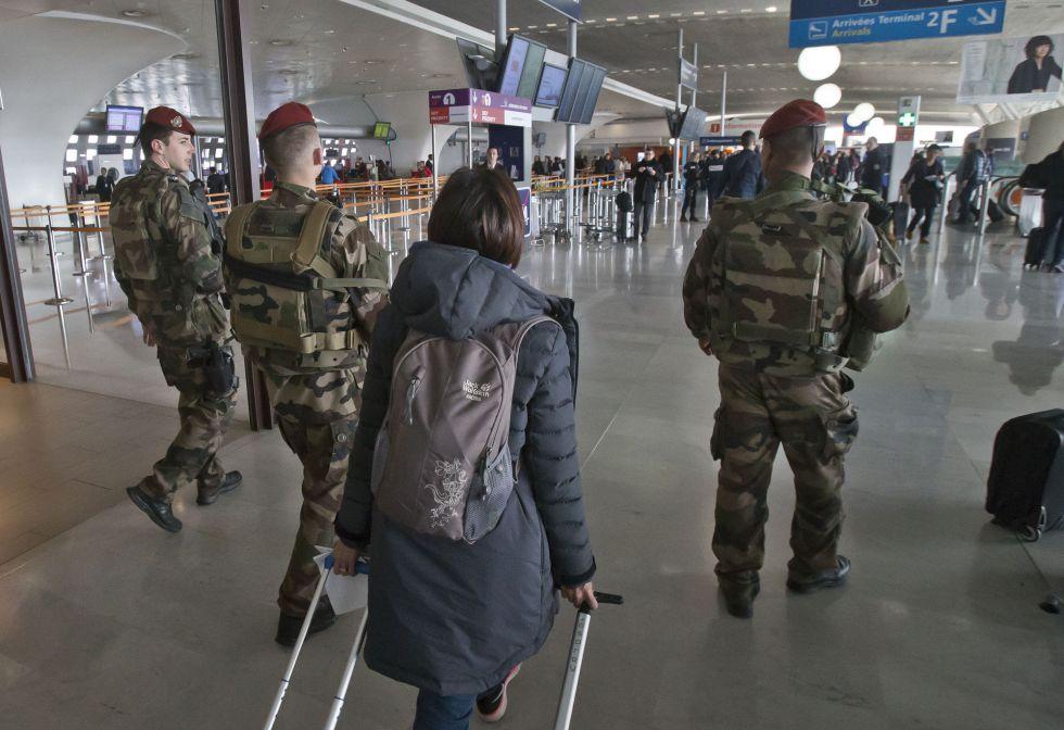 Soldados patrullan el aeropuerto Charles de Gaulle