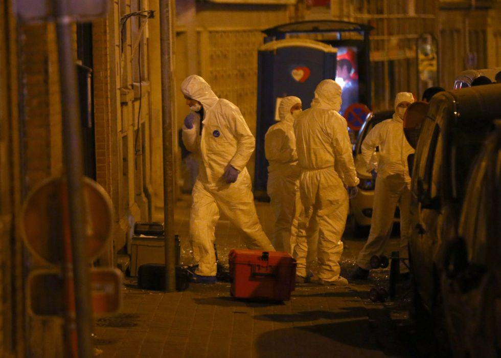 Uma equipe da polícia fora do edifício onde Salah Abdeslam foi preso.