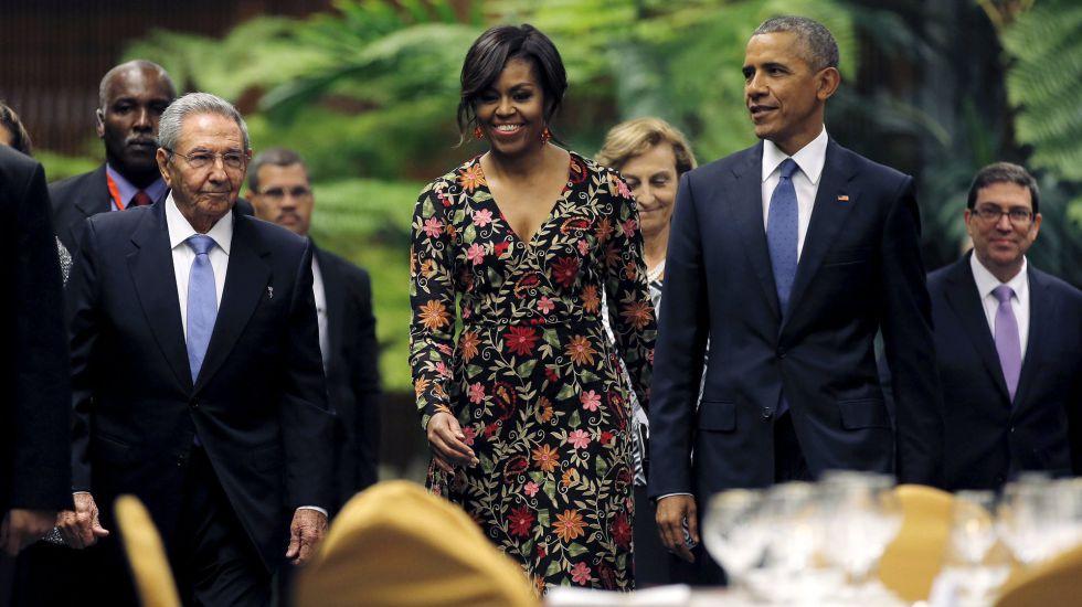 El presidente cubano, Raúl Castro, la primera dama norteamericana, Michelle Obama, y el presidente estadounidense, Barack Obama, este lunes en La Habana.