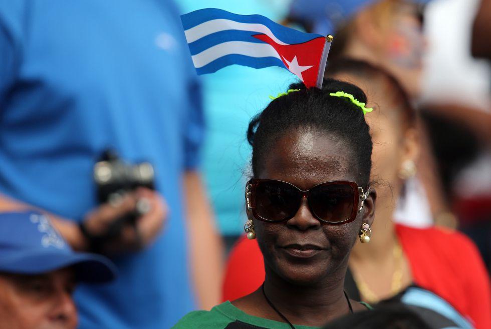 Una fanática durante el juego entre Cuba y los Tampa Bay de EE UU, este martes en el estadio Latinoamericano de La Habana.