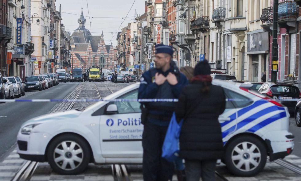 Policías belgas acordonan las calles cercanas a la estación de metro de Maelbeek.