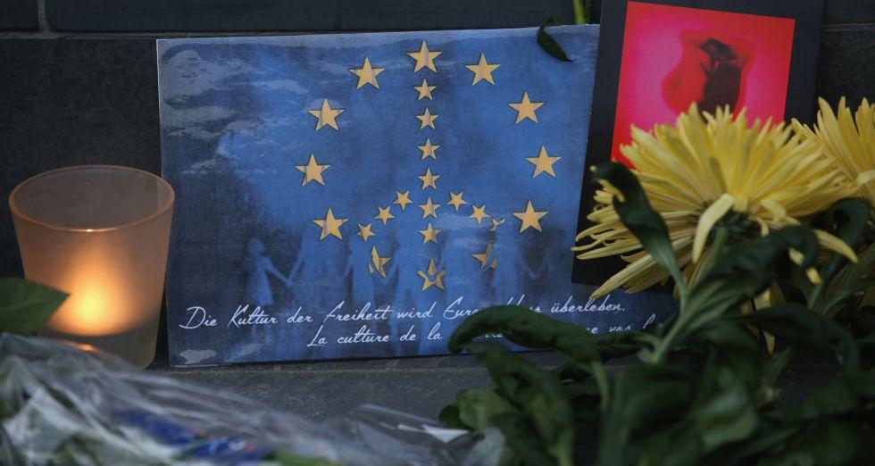 Una bandera que combina el símbolo de la paz con la bandera europea en uno de los homenajes a las víctimas de Bruselas.