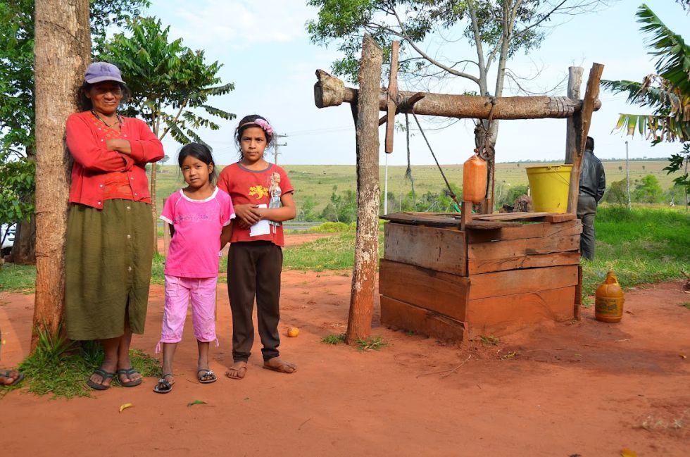 amilia rural junto a un pozo de agua potable en Paraguay.