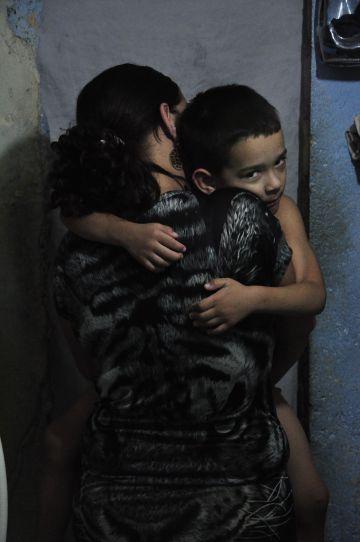 Jeans Pupo, abrazado a su madre.