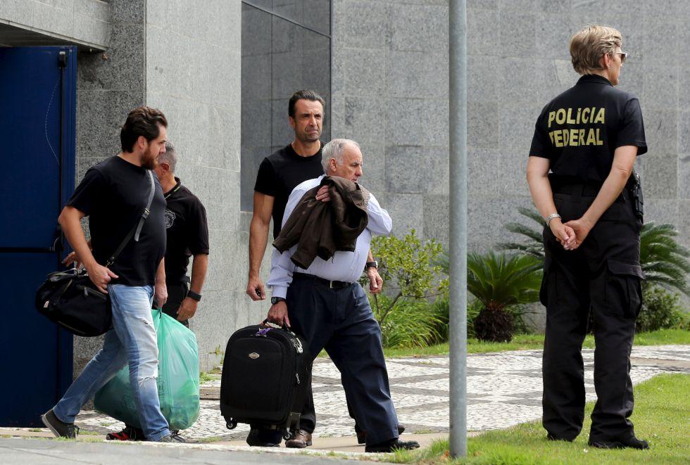 Un ejecutivo de Odebrecht es escoltado el 22 de marzo por la policía en São Paulo.