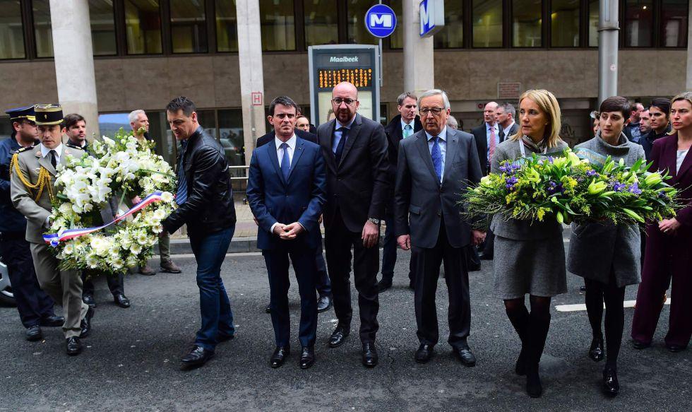 De izquierda a derecha (en el centro de la imagen) Valls, primer ministro francés, Michel, primer ministro belga, y Juncker, presidente de la Comisión, este miércoles en Bruselas.