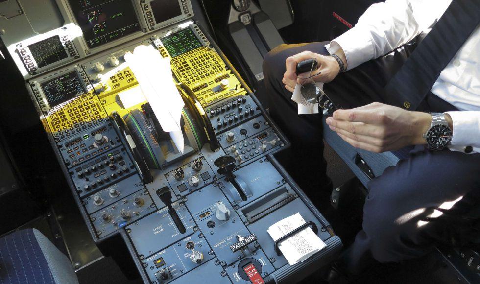 Un piloto en la cabina de un Airbus A321 durante el abordaje de un vuelo de Germanwings en 2015.