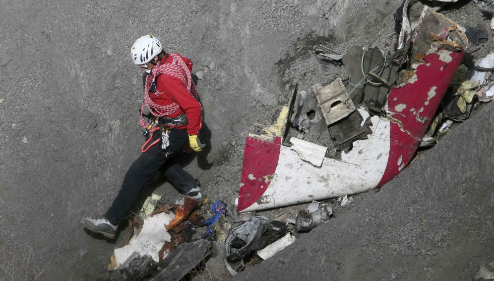Los servicios de emergencia franceses inspeccionan los restos del avión de Germanwings accidentado en los Alpes en 2015.