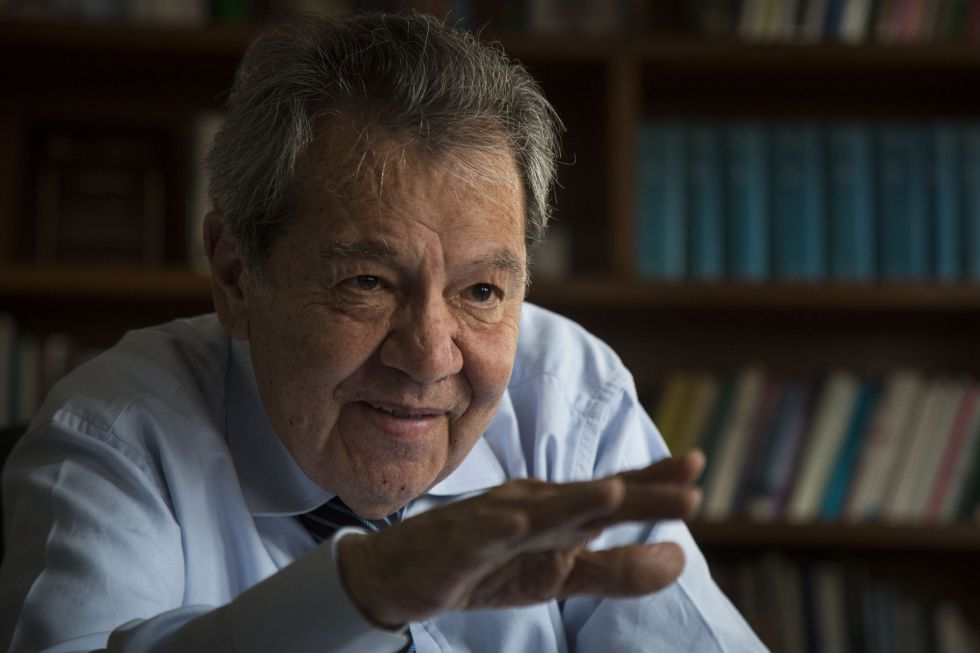 Muñoz Ledo, fotografiado en su oficina.