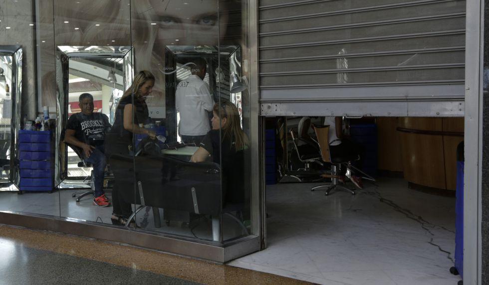 Una peluquería en Caracas durante los cortes de energía programados, en febrero pasado.