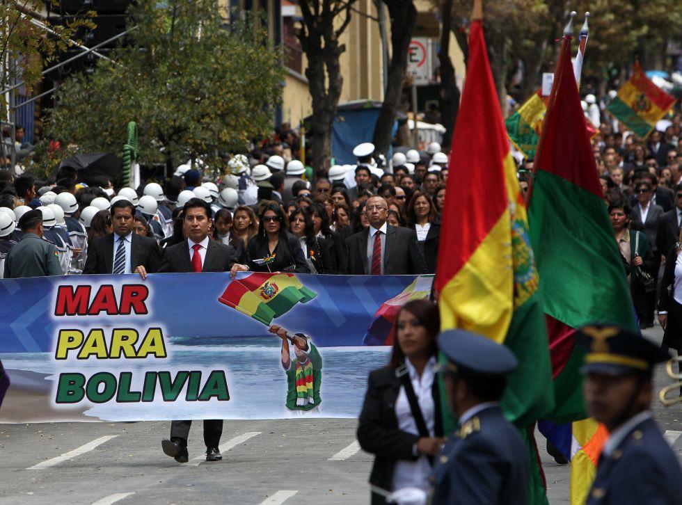 Ciudadanos bolivianos participan de los actos por el Día del Mar.
