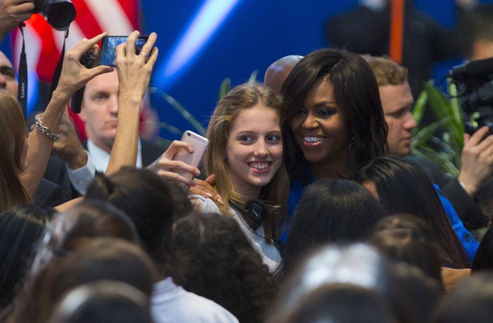 Michelle Obama se mostró distendida y se sacó selfies con las estudiantes.