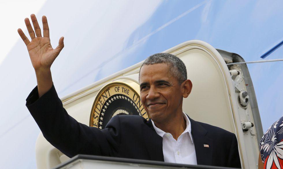 El presidente Obama saluda al abandonar Cuba.