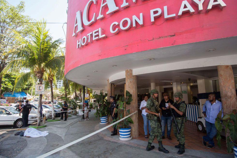 Un cadáver tapado ante un hotel de Acapulco.