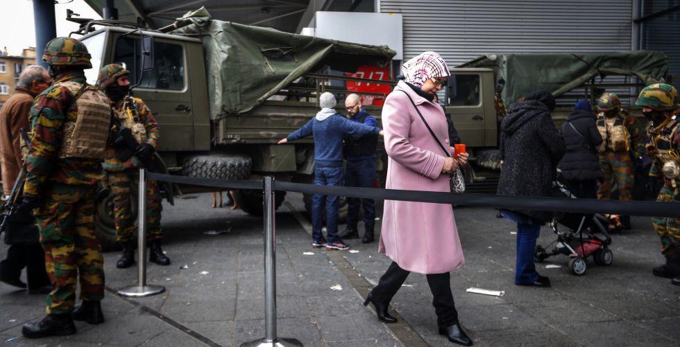 Control militar en los accesos de la estación Molenbeek en Bruselas.