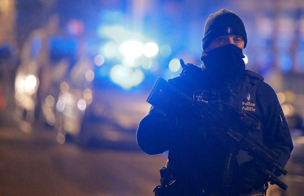 Un policía belga durante la operación.
