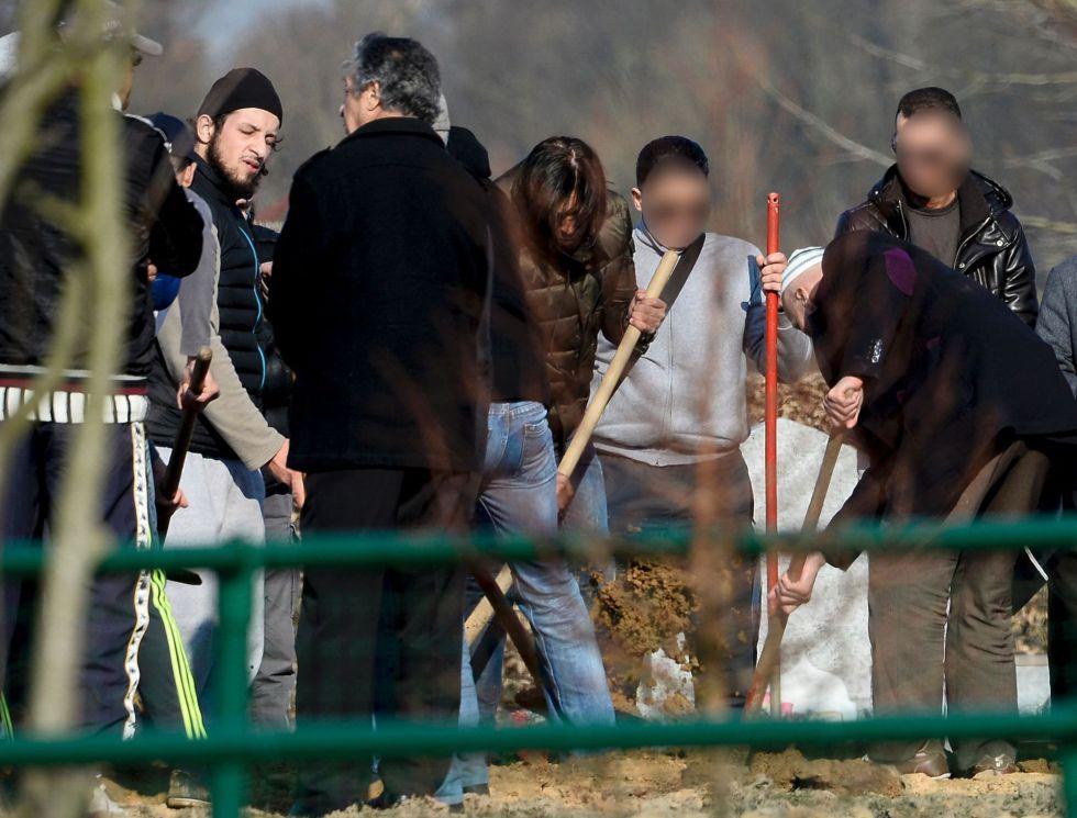 Familiares y amigos de Ibrahim Abdeslam, uno de los terroristas de París, en su entierro el 17 de marzo en el cementerio de Schaerbeek. A la izquierda, Abid Aberkan, arrestado el 19 de noviembre por cobijar a Salah Abdesalam.