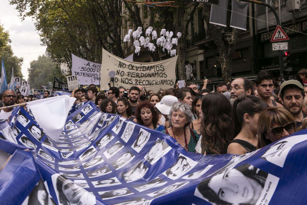La extensa bandera con los rostros de los desaparecidos volvió a recorrer las calles.