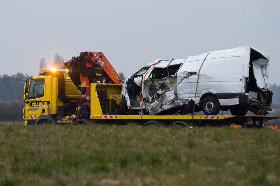 Una grúa se lleva el minibús accidentado este viernes en Montbeugny.