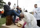 El Papa lava los pies a varios refugiados en un centro de acogida