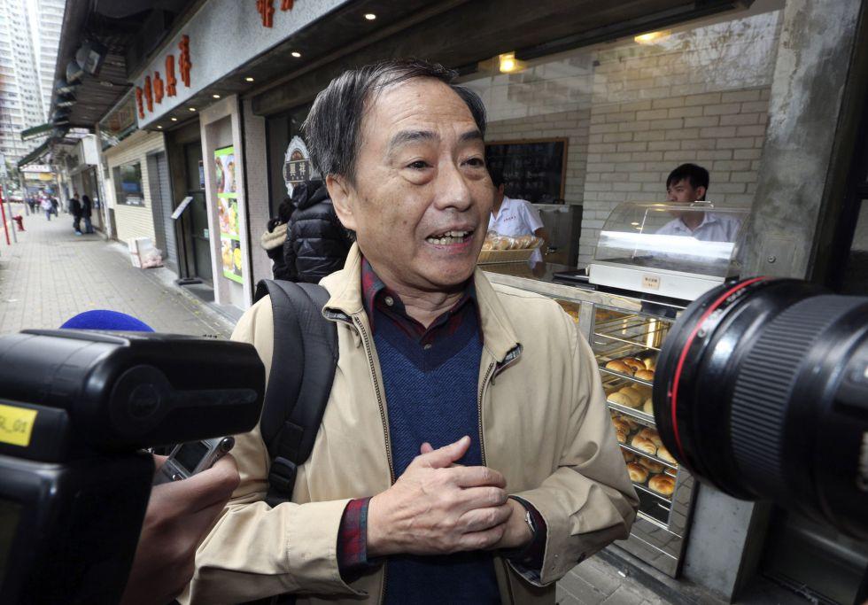 El librero hongkonés, Lee Bo, atiende a los medios de comunicación cerca de su casa.