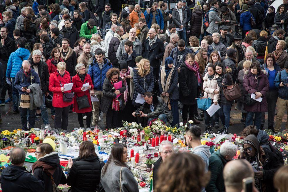Memorial en la Plaza de la Bolsa de Bruselas por las víctimas de los atentados.