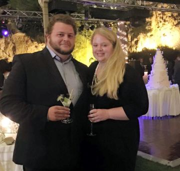 Alexander Pinczowski y su novia Cameron Cain. i