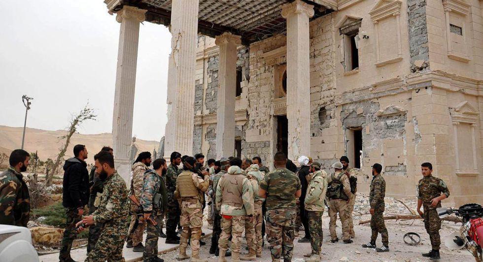 Soldados del Ejército sirio tras un combate en la ciudad de Palmira.