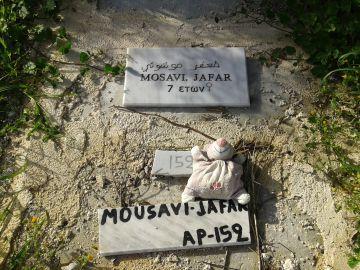 Un muñeco de trapo sobre la tumba de una niña de 7 años, en el cementerio de Mytilene.