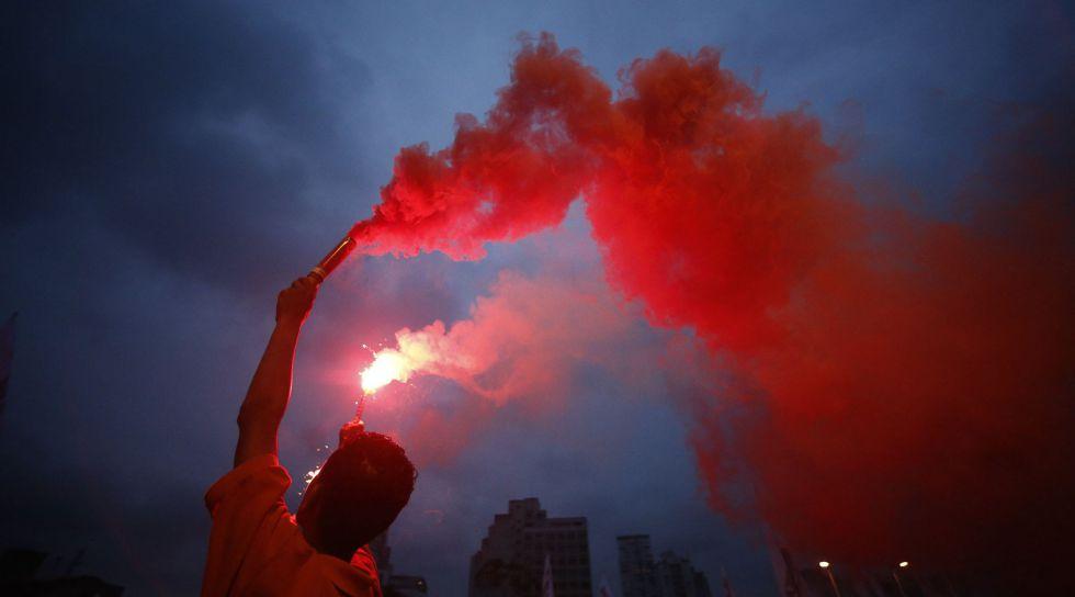 Un manifestante en una protesta en Sao Paulo.
