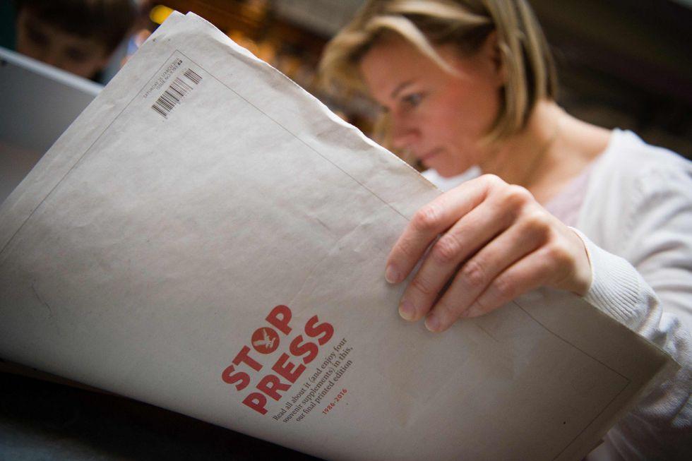 Una lectora con el último número del periódico.