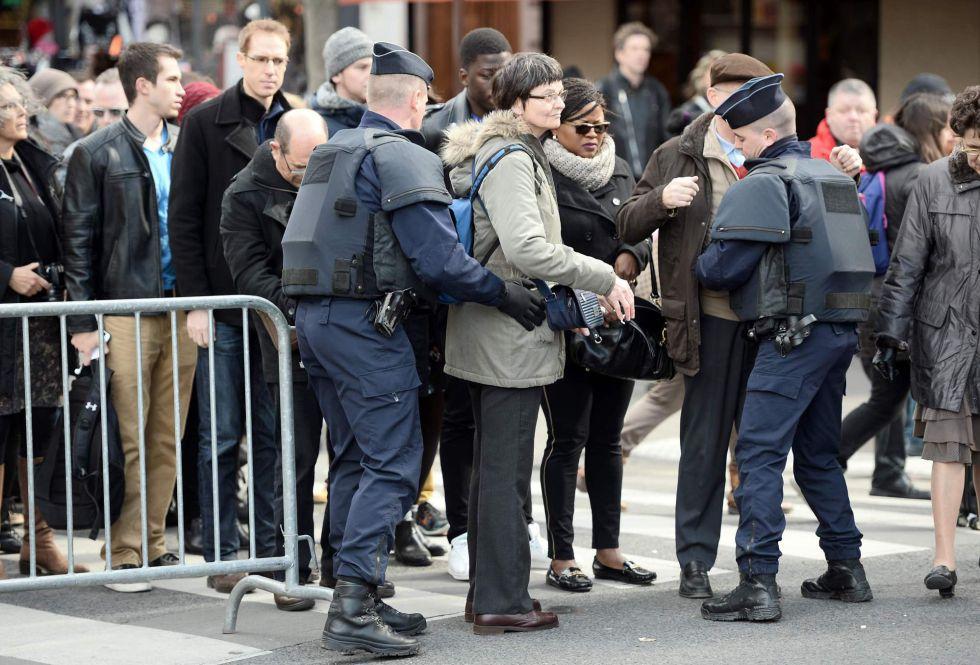 Policías franceses registran a varias personas a la entrada de la catedral de Notre Dame en París.
