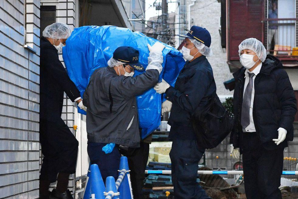 Miembros de la policía extraen el ordenador del apartamento donde la joven ha permanecido secuestrada durante dos años.