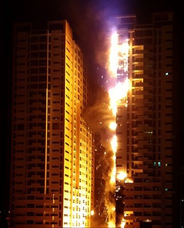 Gran incendio en un rascacielos en Emiratos Árabes Unidos
