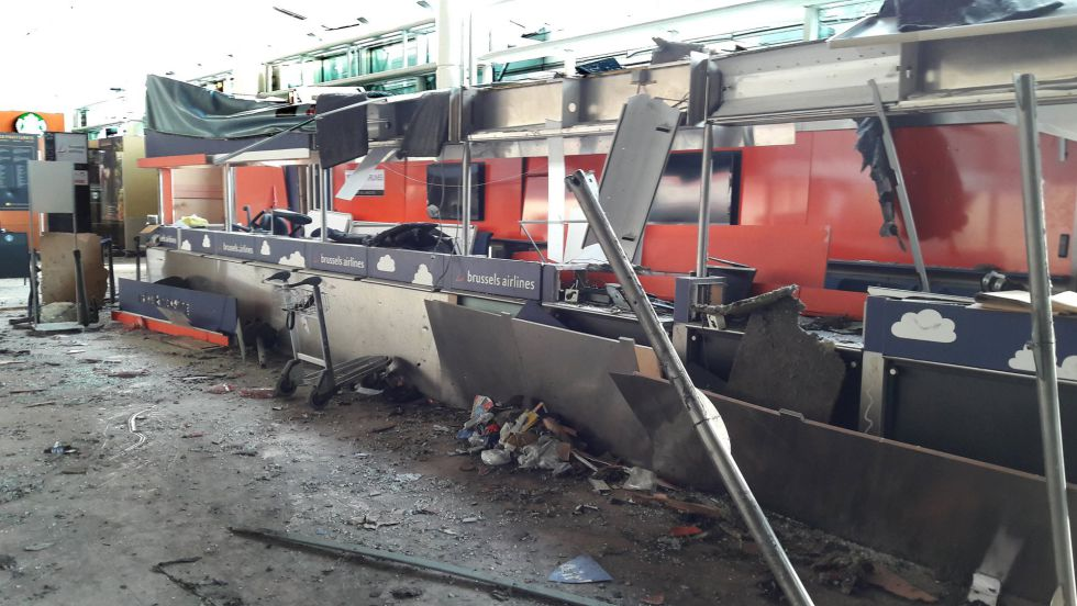 Varios de los mostradores de Brussels Airlines dañados por los atentados contra el aeropuerto de Zaventem en una imagen tomada el 23 de marzo.