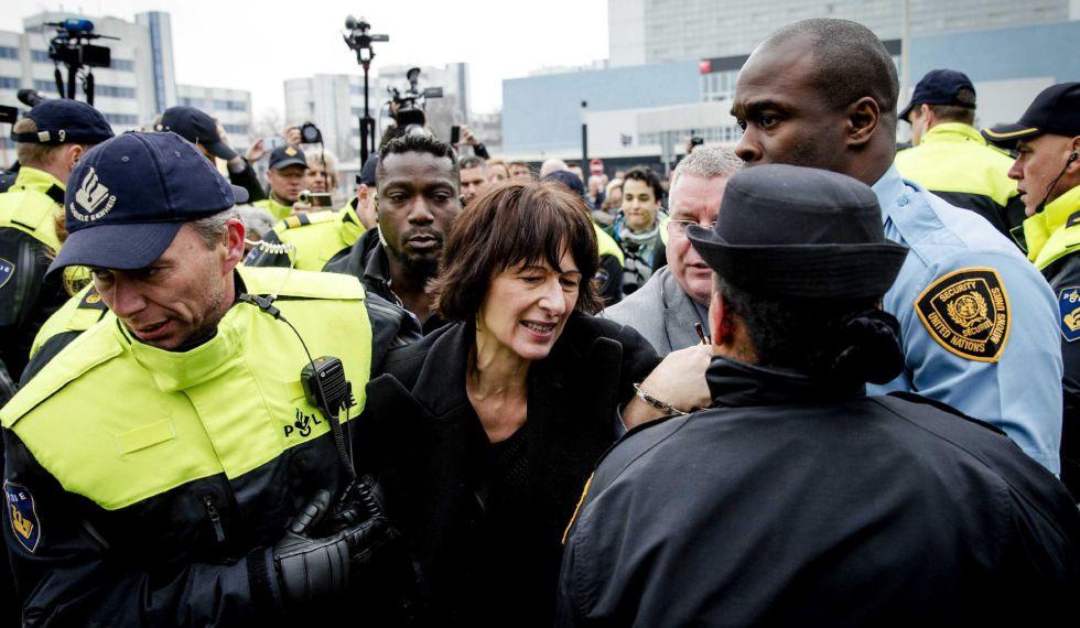 La antigua portavoz de la fiscalía del Tribunal para Yugoslavia Florence Hartmann es detenida el pasado jueves en La Haya.
