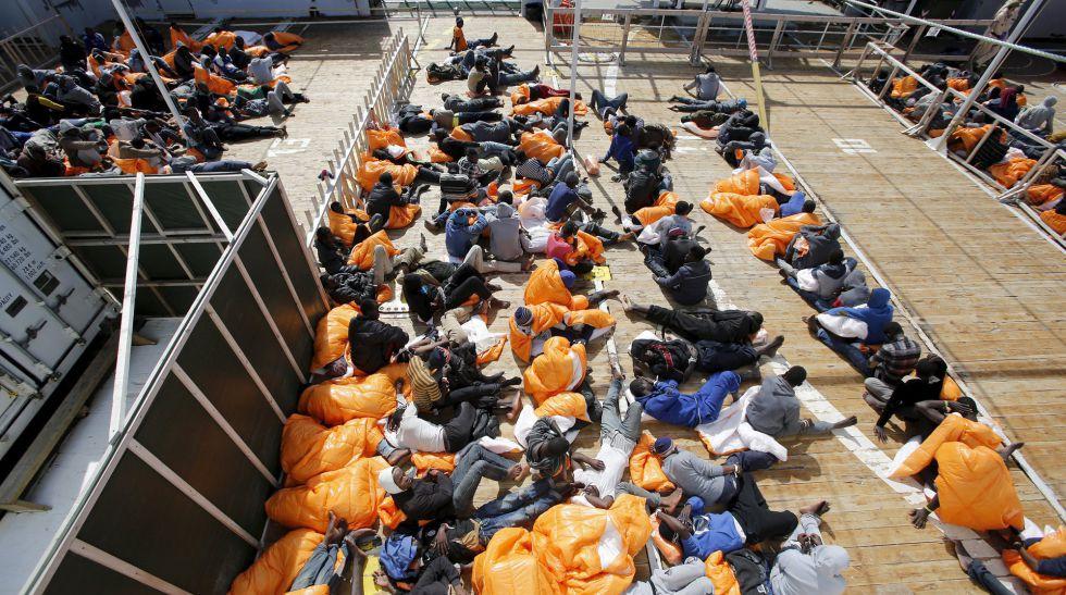 Un grupo de migrantes en el barco noruego 'Siem Pilot' rumbo al puerto italiano de Pozzallo este martes.