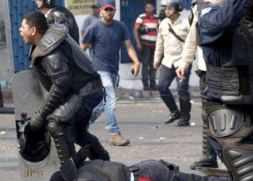 Mueren dos policías venezolanos arrollados por manifestantes