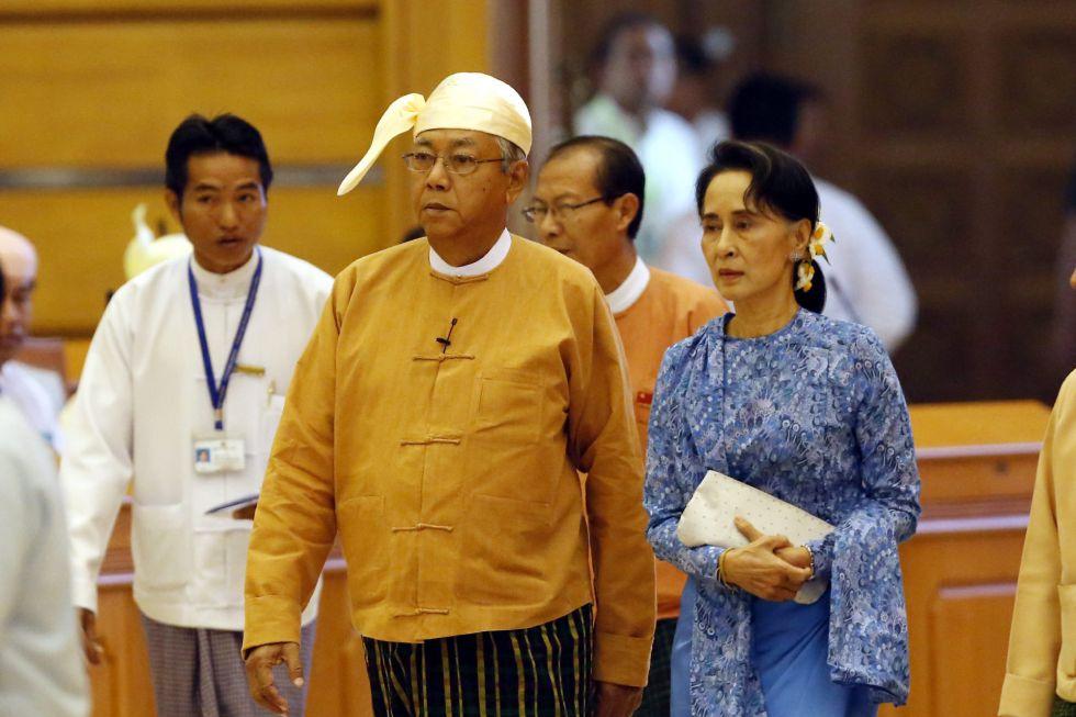 Htin Kyaw (izquierda), junto a Aung San Suu Kyi, este miércoles en el Parlamento birmano.