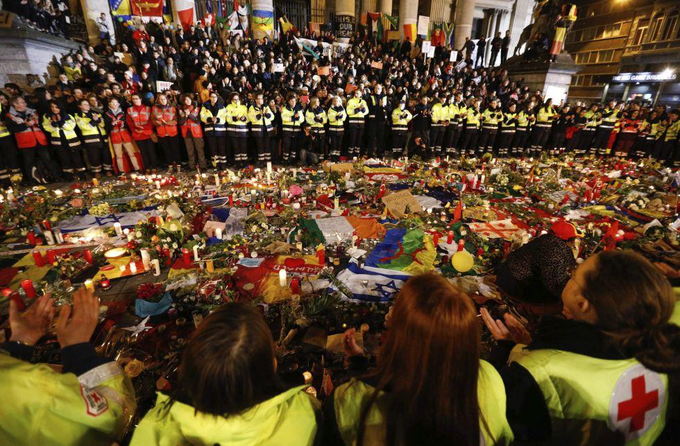 Trabajadores de los servicios de emergencia guardan un minuto de silencio en la Plaza de la Bolsa en Bruselas el 25 de marzo.