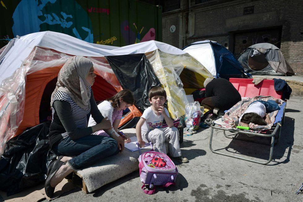 Una familia de migrantes este miércoles en el puerto griego de Pireo.