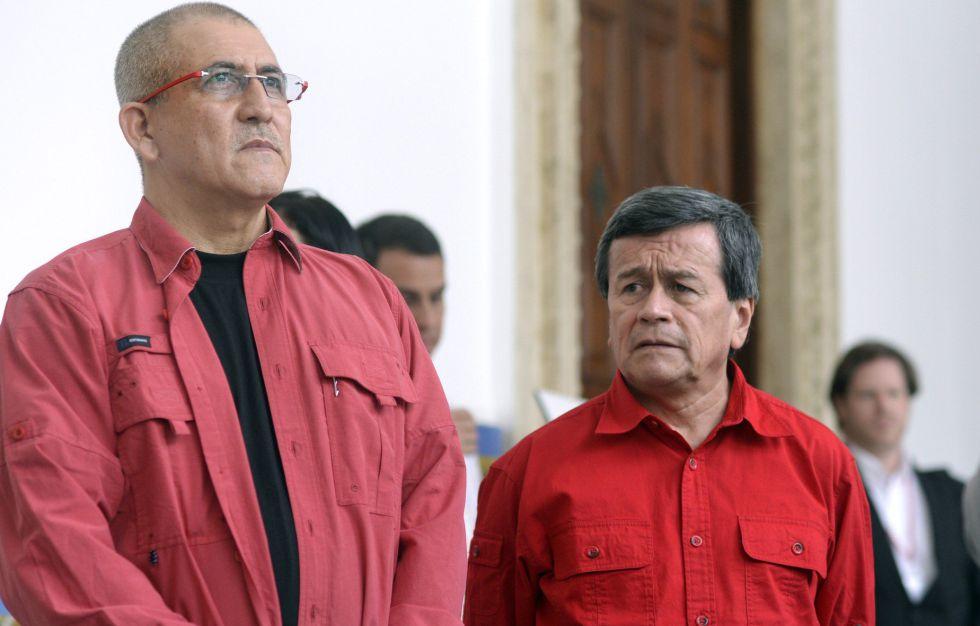 Los guerrilleros del ELN Antonio Garcia y Pablo Beltran, a su llegada a la mesa de negociación en Caccas.