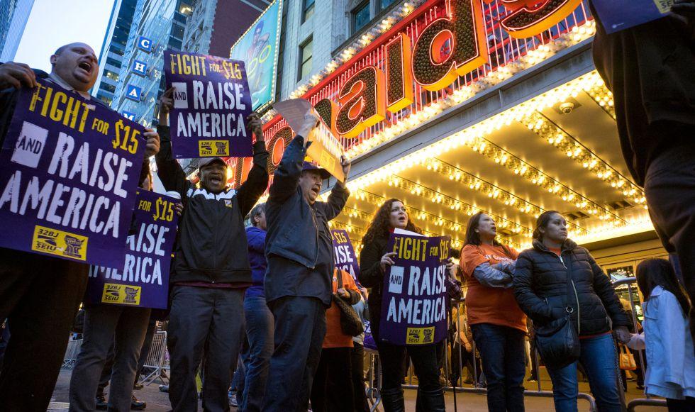 Protesta de trabajadores del sector de la comida rápida en 2015 en Nueva York.