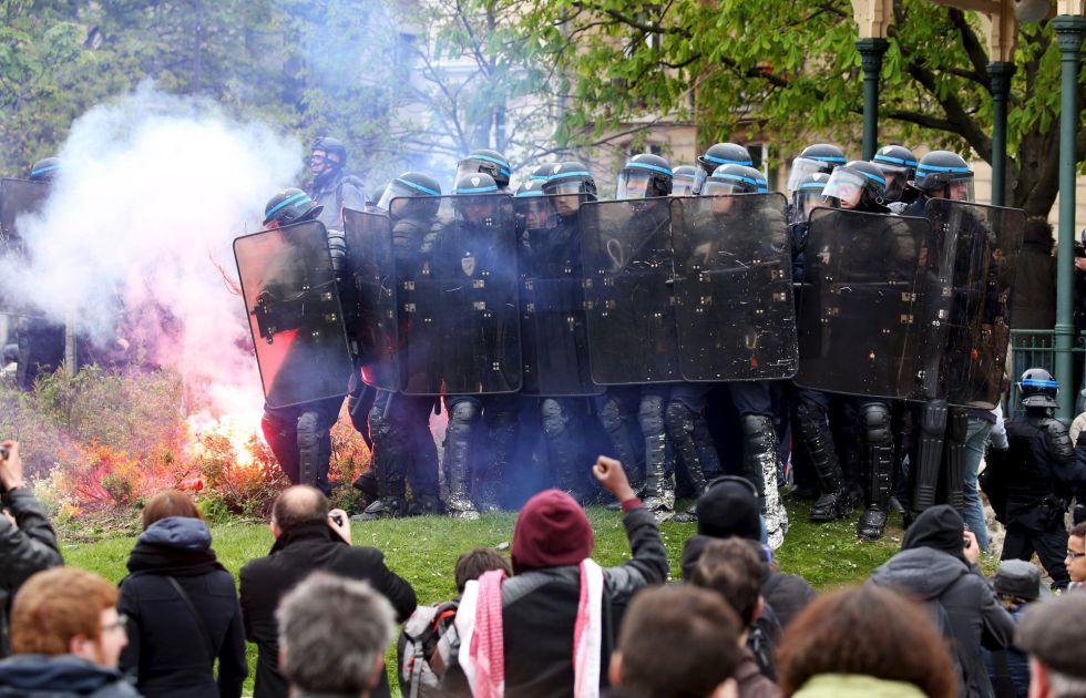 Enfrentamiento entre policías y manifestantes, este sábado en París.