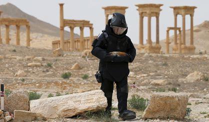 Un artificiero ruso busca minas ocultadas por el ISIS en Palmira