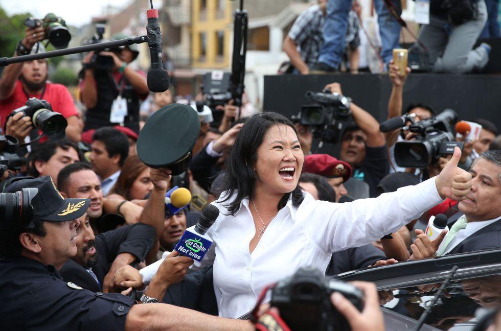 La candidata de Fuerza Popular, Keiko Fujimori, este domingo tras haber votado en un colegio electoral de Lima.