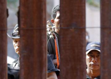 Un teléfono para los mexicanos que cruzan la frontera al norte